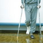 足首の捻挫で松葉杖は必要なの?いつから普通に歩ける?